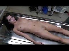 หมอเข้ามาทำความสะอาดศพ แต่เห็ว่าเธอสวยดีเลยจับเย็ดสะเลย