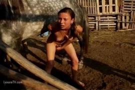 หนังโป๊เย็ดม้า สาวอินเดียนแดงเย็ดม้าตู่ใจในฟาร์ม ชักว่าวให้ควยแข็งแล้วแทงไปที่หว่างขา