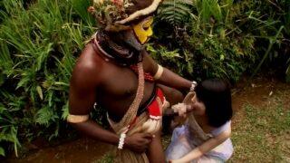หนังโป้เอวีญี่ปุ่น ดาวโป๊นมสวยน่ารักกับคนเผ่ากินคนที่เกาะบอเนียว xxx ในป่ายาวใหญ่เท่าแขน