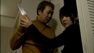 หนังโป๊เด็ด ชายแปลกหน้าโรคจิตรใช้มีดข่มขู่สาวโสดหวังข่มขืน บังคับให้ไปอาบน้ำก่อนจับกระแทกหีแบบไม่ขัดขืน